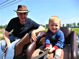 Herman leert zijn kleinzoon Kobe de kneepjes van het vak